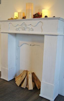 Der Deko-Kamin im Wohnzimmer - passend zur Jahreszeit geschmückt