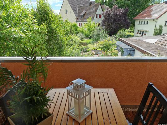 Der kleine, überdachte Balkon bietet einen phantstischen Blick in den Garten.