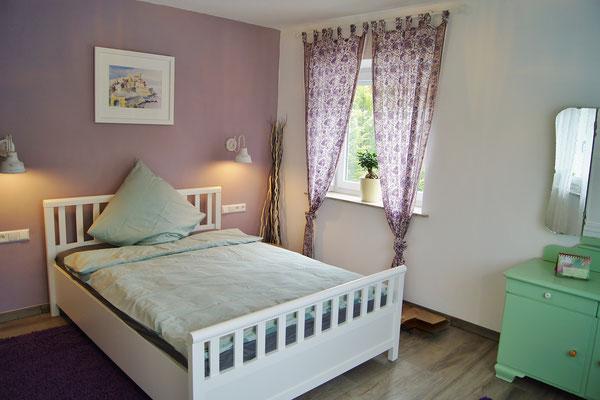 Schlafzimmer 1 mit 1.40 m breitem Bett.