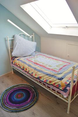 Im kleinsten Zimmer der Wohnung im Dachstock ist ein gemütlicher Schlafplatz für eine Person eingerichtet - hier fühlen sich vor allem auch Kinder sehr wohl!
