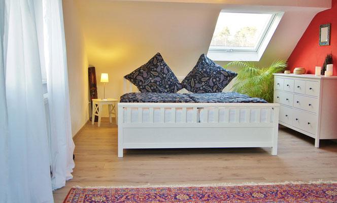 Das Bett im großen Studio unter dem Dach bietet mit 1.80 m Breite viel Komfort für zwei Personen