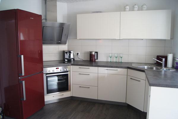 Voll ausgestattete Küche mit Kaffeemaschine, Toaster, Wasserkochen und allem, was man sonst noch braucht