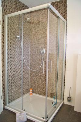 Die ebenerdig begehbare Dusche misst 1 m x 0.90 m!