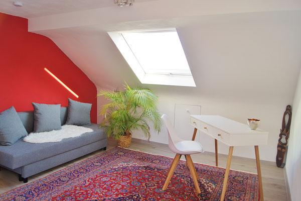 Der kleine Arbeitsplatz im Studio steht in der Nähe des Schlafsofas, das leicht in ein Bett für eine weitere Person umgebaut werden kann.