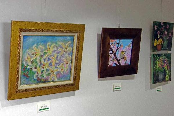 廊下やホールにはたくさんの絵や作品が並んでいます。