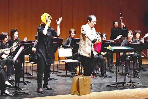オリーブの首飾りの音楽に乗せて、桜井至誠恒例のマジックを披露