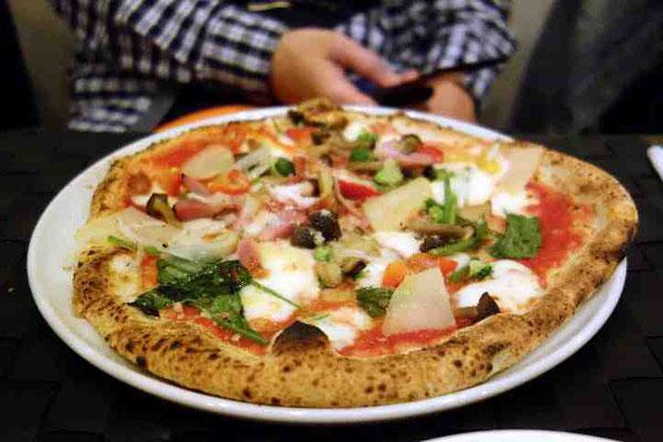 前菜、焼きたてパンの後にはピザやパスタ。