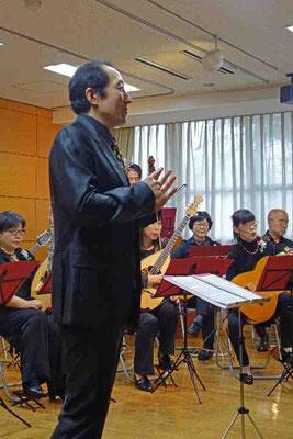 指揮者の桜井至誠さんは司会やマジックも担当。