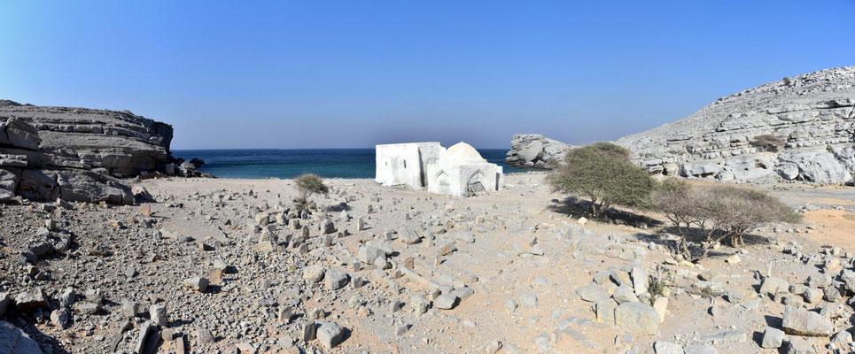 Friedhof mit Moschee am Meer