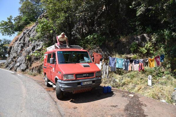 Waschtag an einer Quelle