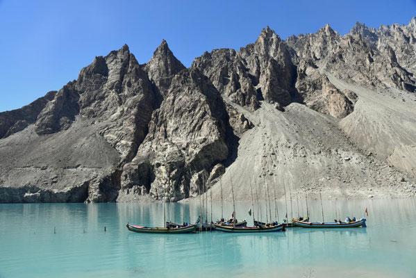 Boote auf dem Attabad Lake