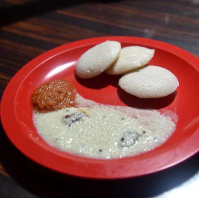 Iddlis - südindisches Frühstück mit Kokossoße und roter Zwiebeldip