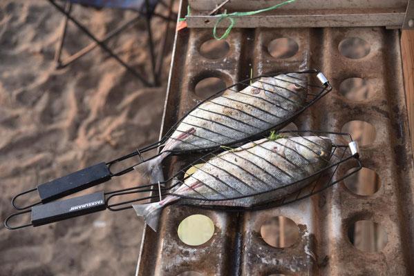 wir grillen Fisch vom Fischmarkt