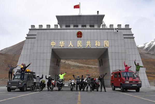 obligatorisches Gruppenfoto auf dem Khunjarab Pass
