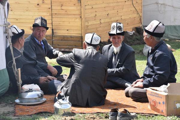 kirgisische Männer beim Tee trinken