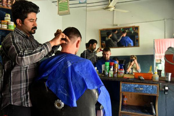 der schlechte Haarschnitt aus Indien wird hier nochmal zurecht gestutzt