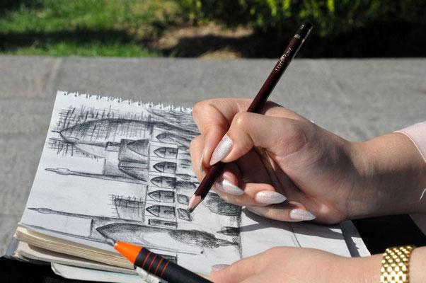 das halbe Land ist voll mit Kunststudenten, die überall rumsitzen und sich beim zeichnen zuschauen lassen