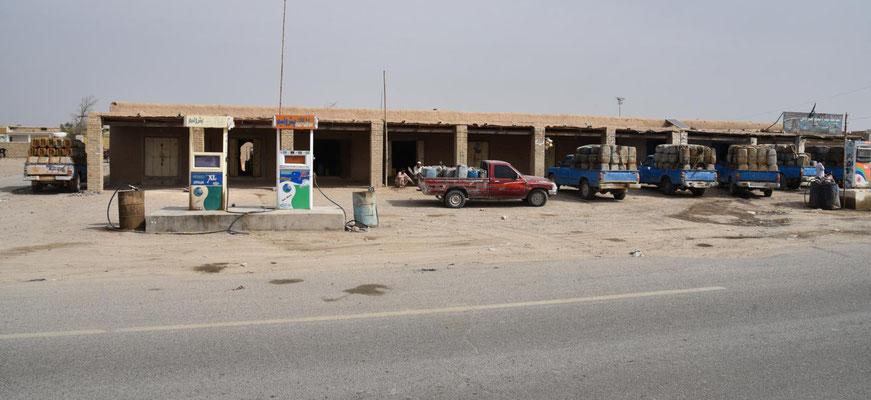 Tankstelle kurz vor der Grenze: hier wird der geschmuggelte Diesel umgeladen. 1 Liter Diesel kostet in Pakistan ca. 70 cent, iranischer Diesel nur 2 Cent - das Geschäft rentiert sich