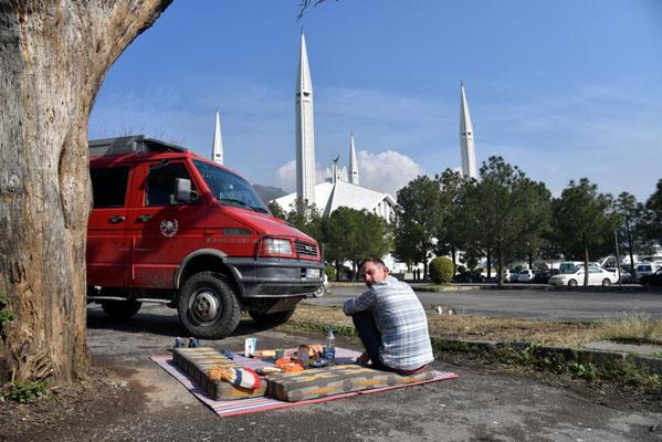 unser Frühstücksplatz in Islamabad: die Faisal Moschee
