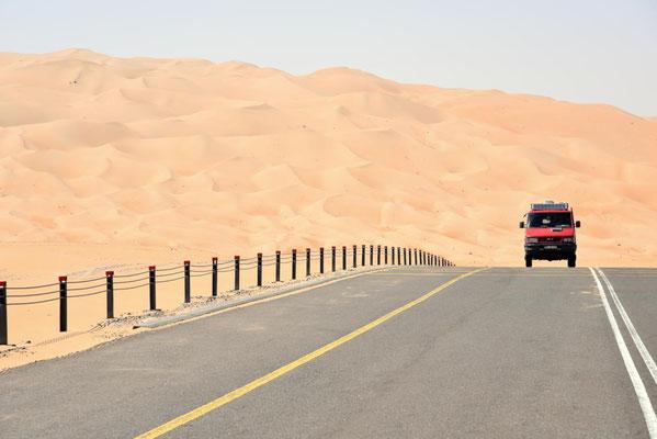 durch die Wüste auf astreiner Asphaltstraße