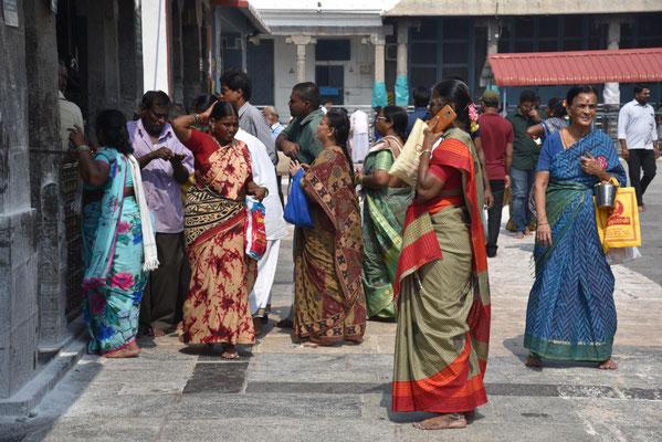 Inderinnen bei der Pooja (rituelles Gebet)