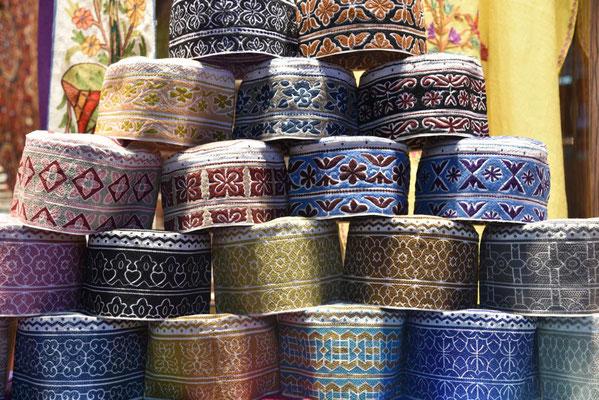 auf dem Souq in Mutrah: omanische Käppis