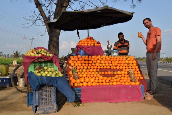 frisch gepresster Orangensaft wird in Punjab mit einer Prise Salz getrunken - erst eklig, dann lecker