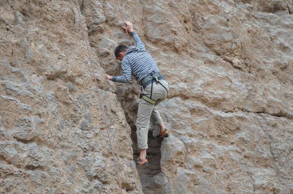 erste Kletterversuche