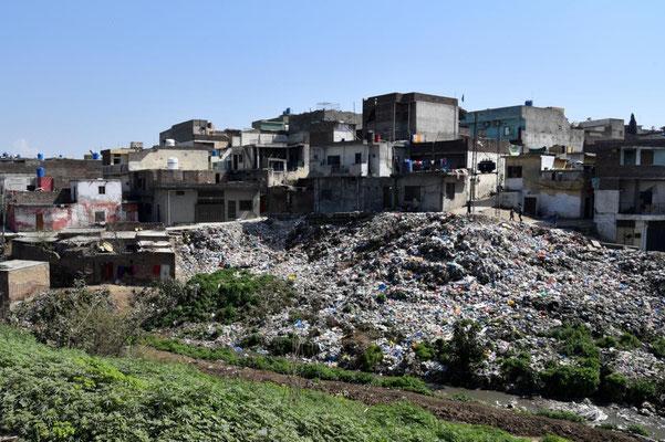 unterwegs in Rawalpindi: Müllentsorgung direkt hinter den Häusern...
