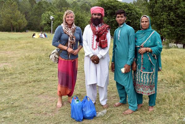 Ursel mit pakistanischer Familie aus Sindh