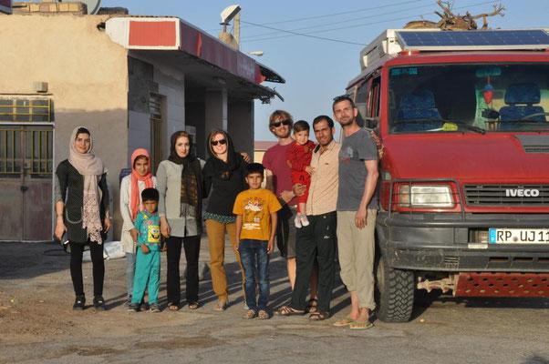 Schnappschuss mit einer iranischen Familie, die alle in einem Auto unterwegs waren....