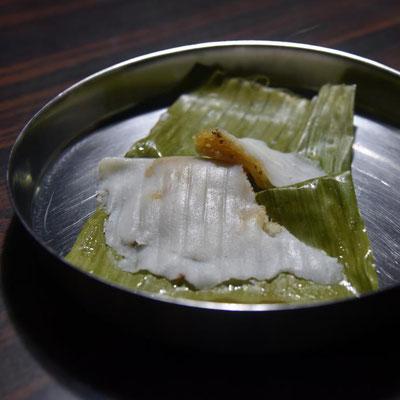 """""""Adda"""" - keralische Süßspeise aus Reismehlteig, gefüllt mit Kokos, Jaggery & Kardamom"""