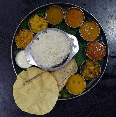 indisches Thali für 1,50 Euro - 100 % vegetarisch (verschiedene Currys und Joghurt mit Reis, Fladenbrot und einem knusprigen Kichererbsenmehlbrot)