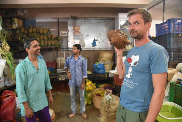 """Einkaufen auf dem Markt mit Ashok - hier gibt es ein Gemüse das """"Elefantenfuss"""" heißt"""
