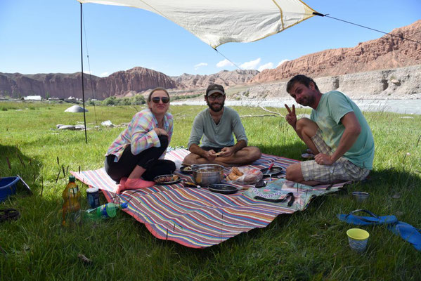 mit Luschka & Herve am Fluss in Naryn