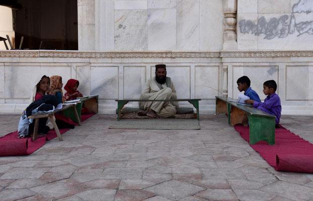 Madrassa -Koranunterricht direkt vor der Moschee