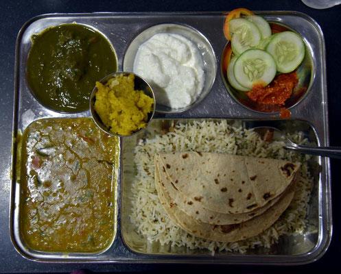 indisches Thali (Spinat mit Käse, Linsen Curry, Joghurt, Salat, Reis und Fladenbrot)
