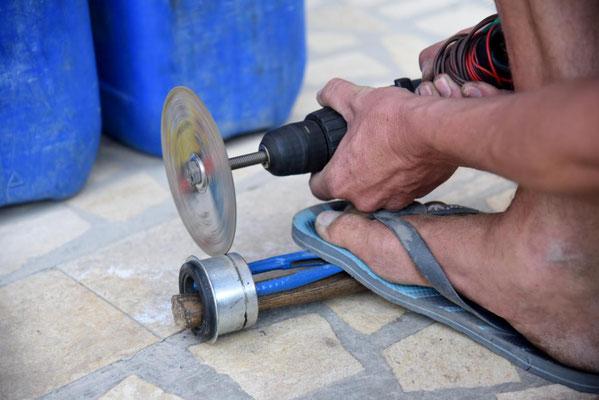 Not macht erfinderisch: eine gefundene Flexscheibe wird auf den mit 12V betriebenen alten Akkuschrauber montiert und die zu langen Buchsen in einer 2 Stunden Arbeit kleiner gemacht