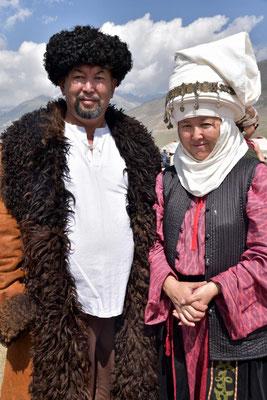 traditionelle Kleider - im normalen Leben laufen sie natürlich nicht so rum