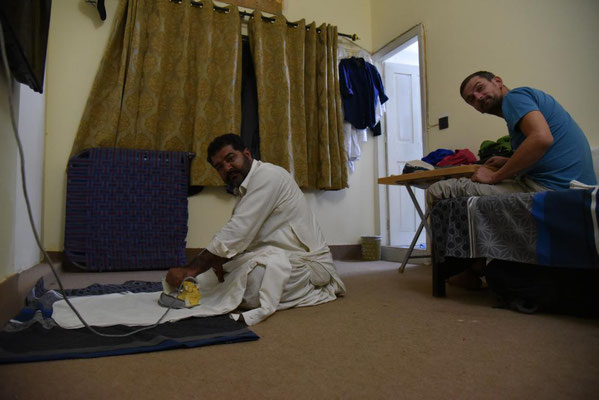 Alltag in Islamabad - Saif bügelt und Janus schaut zu