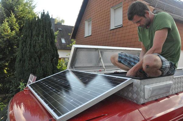 Solarpanel wird befestigt
