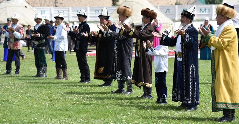 selten sieht man die Kirgisen wie hier beten