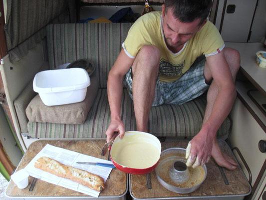 Kuchen backen auf dem Gasherd mit der Omnia Campingbackform
