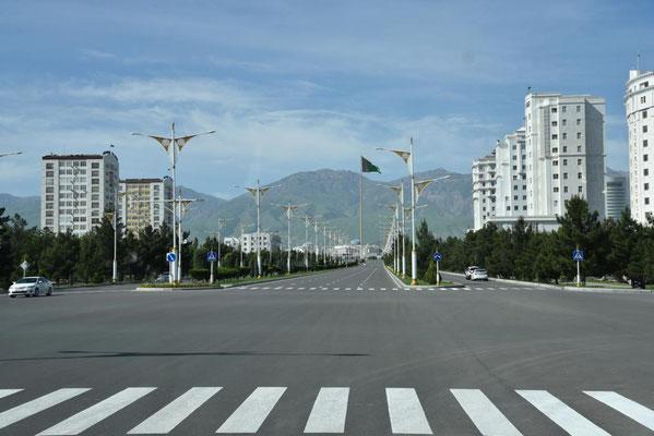 leere Straßen in Asgabat hat auch sein Gutes - wir kommen zügig voran