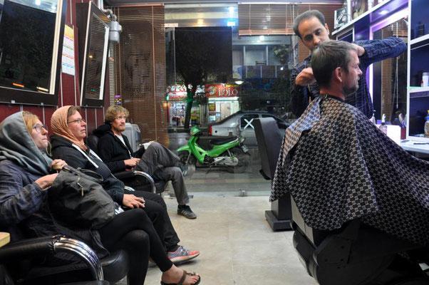 Friseurbesuch mit Zuschauern