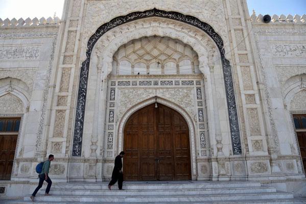 Eingang zur Moschee - die wie eine Oase oberhalb des wuseligen Basars liegt