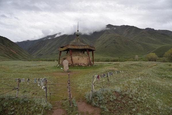 ein Grab eines angeblich 2,36 m großen Mannes