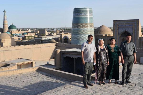 usbekische Touristen in Khiva