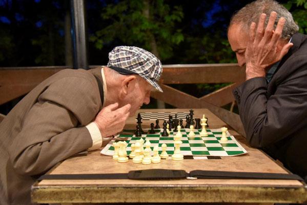 kurzsichtiger Schachspieler