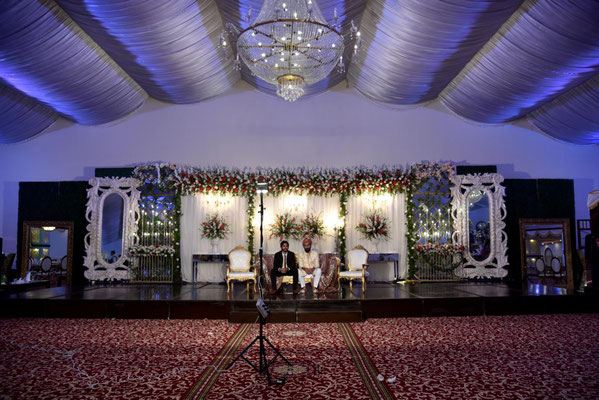 der Bräutigam wartet auf die Braut